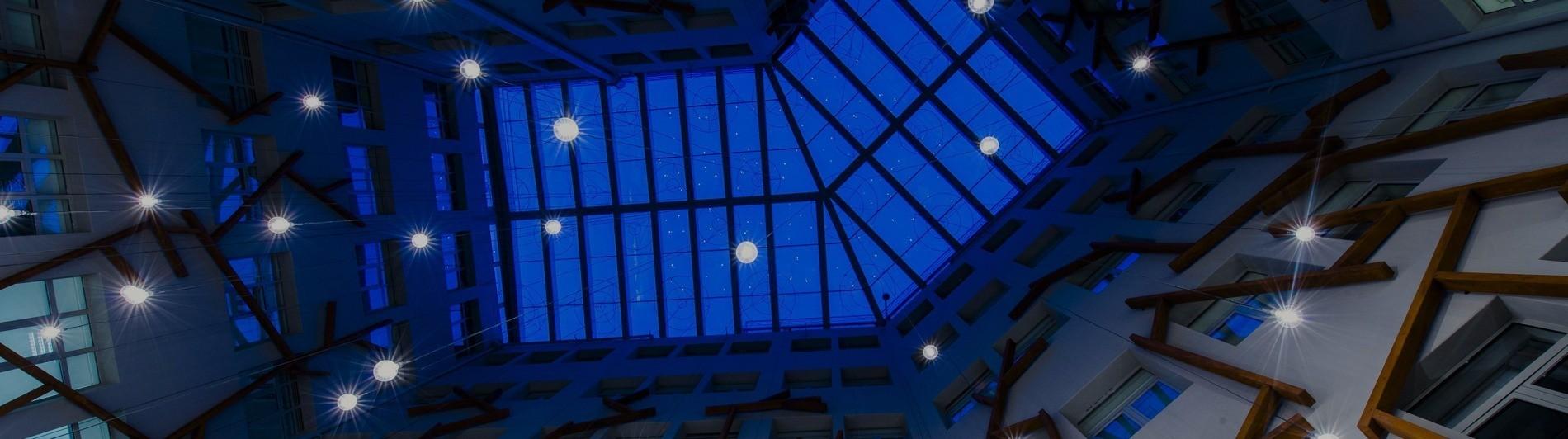 El techo del patio YARD iluminado por la noche