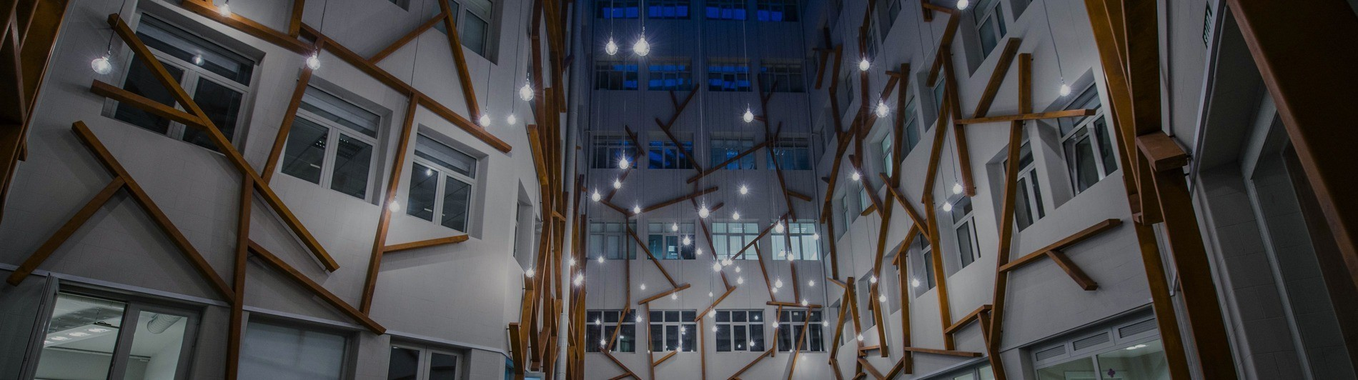 Patio YARD de YIMBY iluminado por la noche