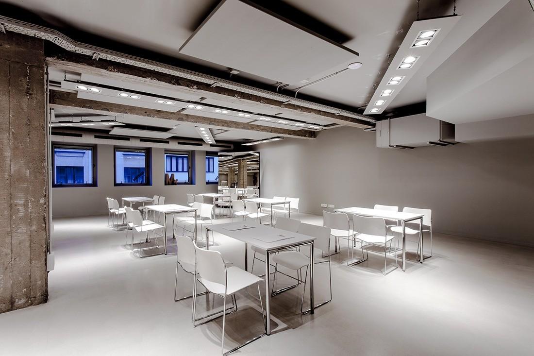 La sala MY con sillas y mesas en formato escuela