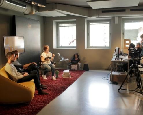 Plato para grabación con personas y sillones en la sala BACK