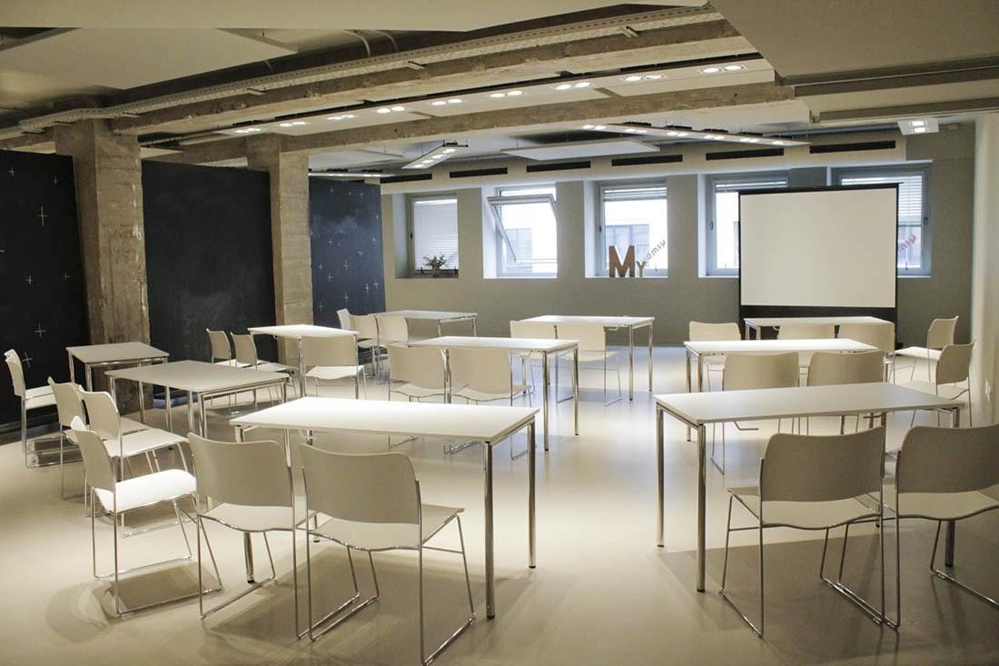 La sala MY con mesas y sillas en formato escuela