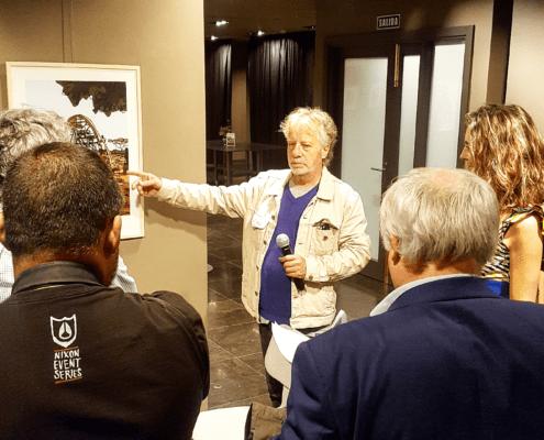 EXPOSICION DE CUADROS EN PARED CON AUTOR