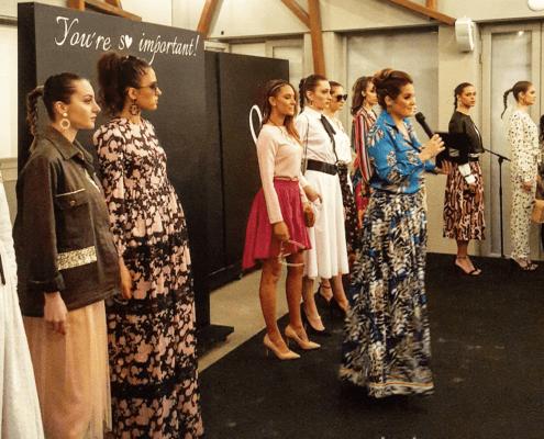 Mujeres con vestidos largos en un pase de modelos