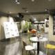 Mesas y cuadros en una exposición en YIMBY SOTA