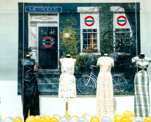 Maniquíes con vestidos en el escaparate de YIMBY MOYÚA