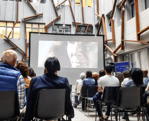 Personas viendo una película en la sala YARD