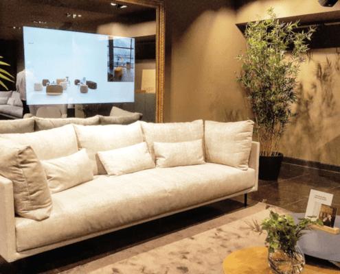 Un salón con su sofá, mesas y alfombras en YIMBY SOTA