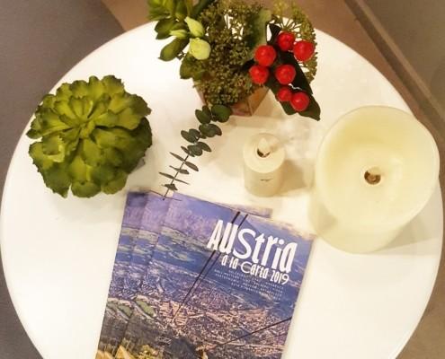 mesita con folletos austria