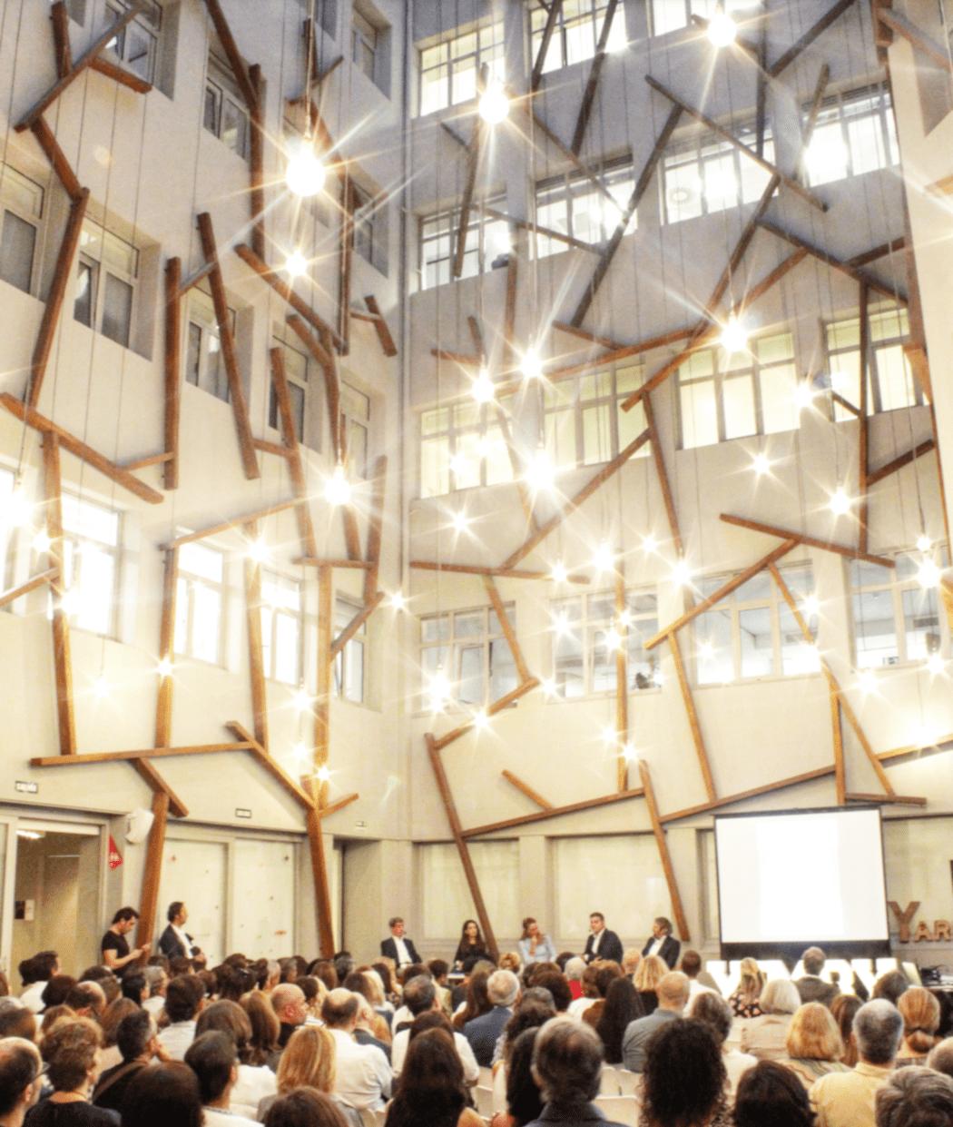 El patio YARD iluminado con personas en un evento