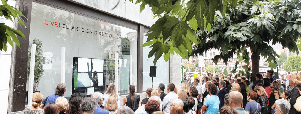 Personas contemplando una representación en directo en la calle ercilla