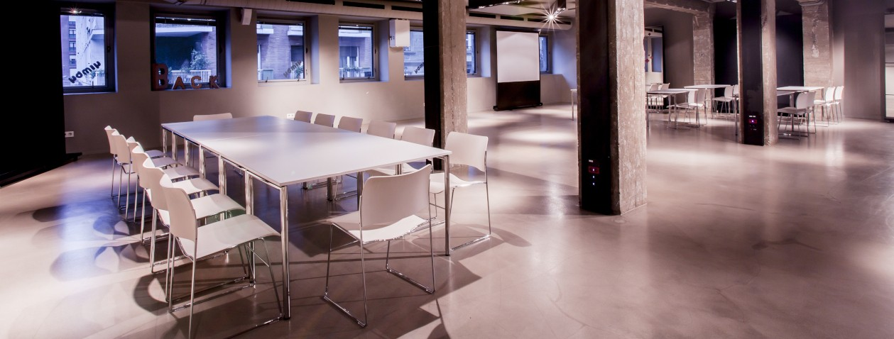 Mesas y sillas dispuestas en varias mesas en la sala BACK