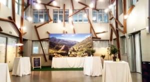Mesas altas con mantel en la sala YARD para evento CASONAS ASTURIANAS