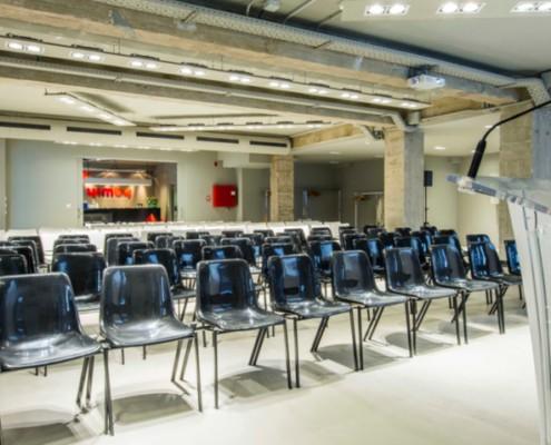 Sillas y atril en formato teatro para un evento en la sala YES