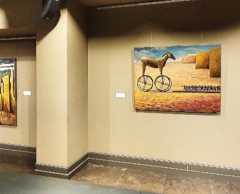 Cuadros en una exposición en YIMBY SOTA
